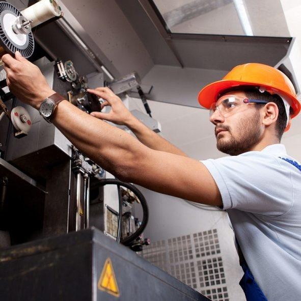 Jak często należy przeprowadzać kontrole wyposażenia ochronnego maszyn?
